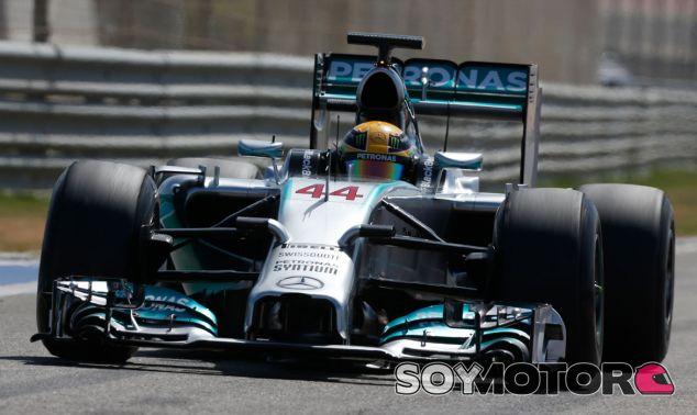 Lewis Hamilton durante los test de Baréin - LaF1