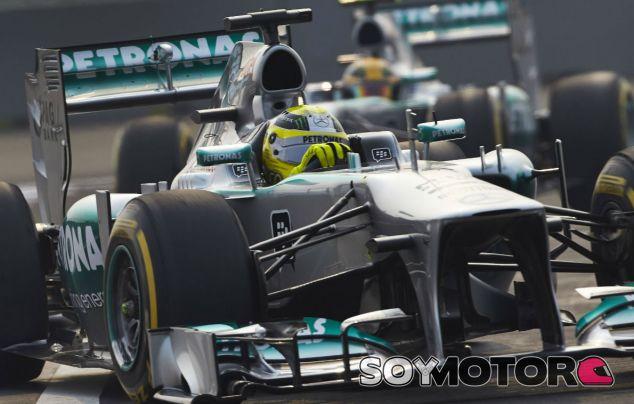 Nico Rosberg seguido de Lewis Hamilton hoy en India - LaF1
