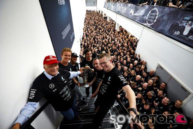 Celebración del equipo Mercedes en su fábrica - LaF1