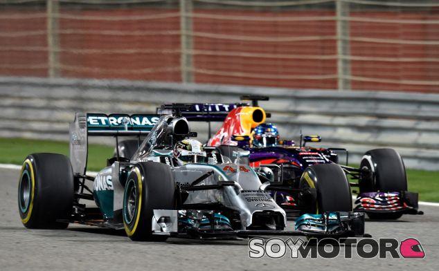 Lewis Hamilton y Sebastian Vettel en la noche de Baréin - LaF1