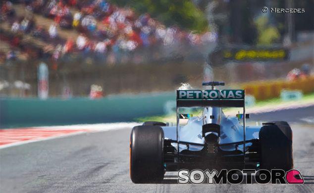 Mercedes reacciona al silencio de los V6 con un escape trompeta