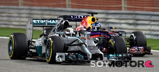Lewis Hamilton coincide en pista con el Red Bull de Sebastian Vettel - LaF1