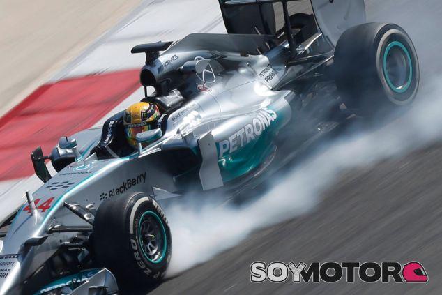 Lewis Hamilton en el desierto de Sakhir, Baréin - LaF1