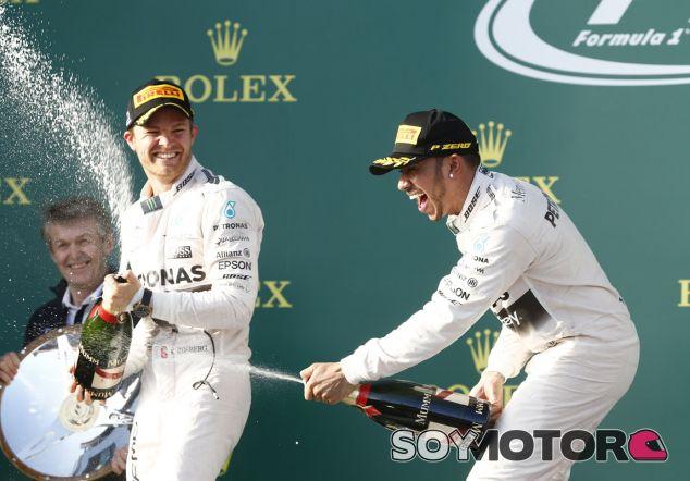 Hamilton y Rosberg en el podio de Albert Park - LaF1.es