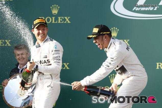 Nico Rosberg y Lewis Hamilton en el podio de Australia - LaF1.es