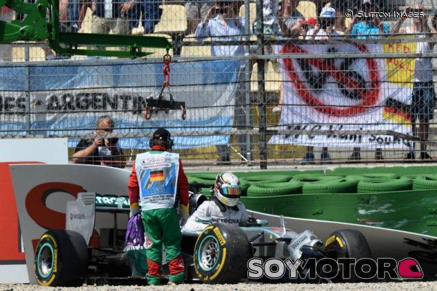 Lewis Hamilton después de su accidente - LaF1