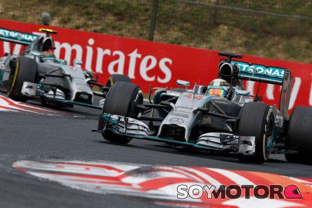 Lewis Hamilton y Nico Rosberg en los compases finales del Gran Premio - LaF1