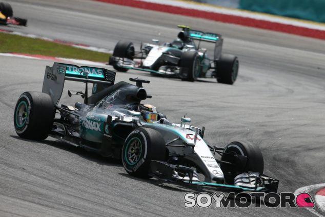 Lewis Hamilton, por delante de Nico Rosberg en Sepang - LaF1