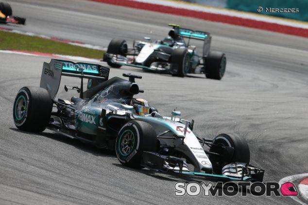 Lewis Hamilton y Nico Rosberg han de seguir unas reglas cuando ruedan juntos - LaF1
