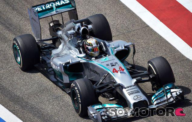 Lewis Hamilton en Baréin durante los tests invernales - LaF1