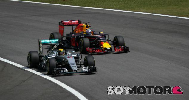 Mercedes, señalada por Red Bull por la quema de aceite de su motor - SoyMotor