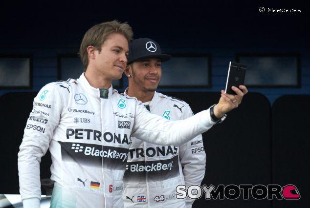 Lewis Hamilton y Nico Rosberg en la presentación del W06 - LaF1.es