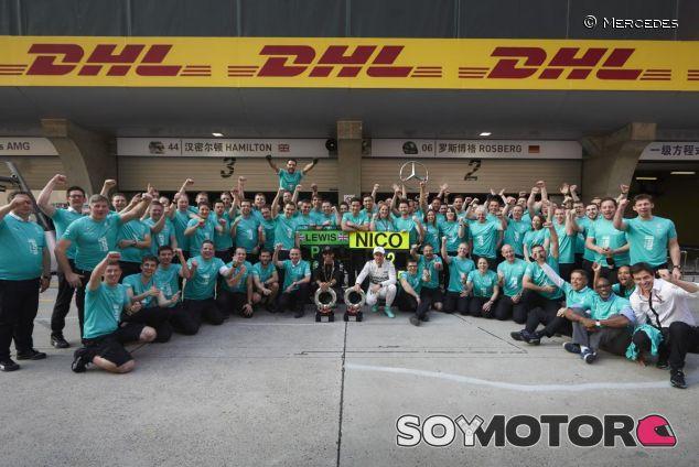 El equipo Mercedes celebra su doblete en Shanghai - LaF1.es