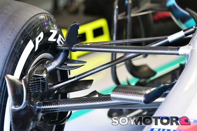 Detalle de la suspensión delantera del W09 en Barcelona - SoyMotor.com