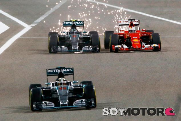 Lucha entre Vettel y Rosberg en el pasado Gran Premio de Baréin 2015 - LaF1