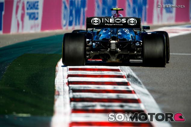 Hamilton y Verstappen entrenan cajas de cambios en Sochi, sin sanción - SoyMotor.com