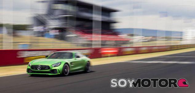 El Mercedes AMG GT R en plena recta del Mount Panorama - SoyMotor