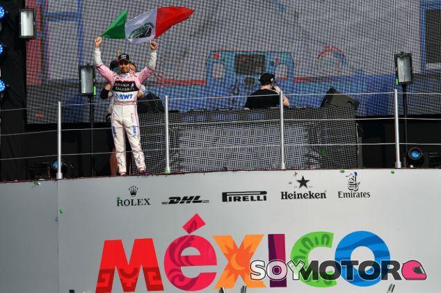 Pérez en el podio de México tras la carrera de 2017 - SoyMotor.com