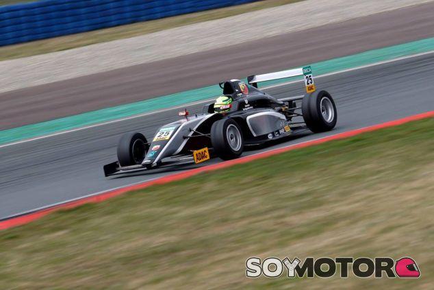 Mick seguirá con Van Amersfoort, motorizado por Mercedes, pero también puede correr con Ferrari en la F4 - LaF1