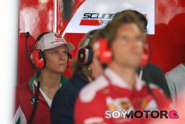 Mick Schumacher en el box de Ferrari - SoyMotor