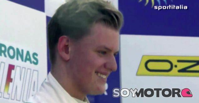 Mick Schumacher en lo más alto del podio de Misano - LaF1
