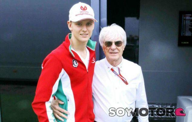 Mick Schumacher junto a Ecclestone en el GP de Alemania - SoyMotor