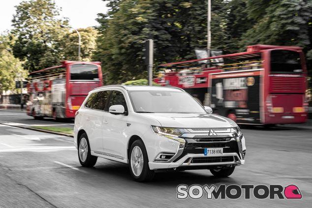 Por Madrid con el Mitsubishi Outlander PHEV 2019: suma en todo menos en precio - SoyMotor.com