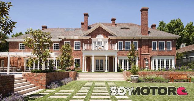 Bajo esta mansión de estilo clásico se esnconde un garaje de película - SoyMotor