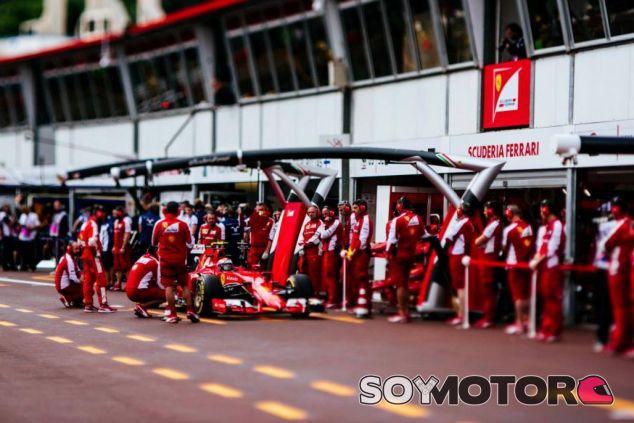 Kimi Raikkonen en el pit lane de Mónaco - LaF1.es