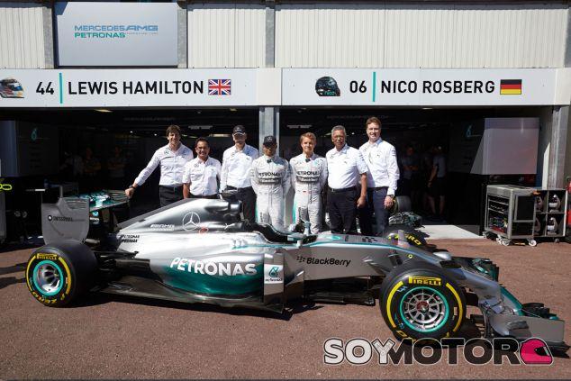 Fotografía de familia del equipo Mercedes en Mónaco - LaF1