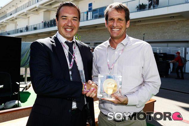 Bobby Epstein, presidente del COTA, recibe su moneda de oro - LaF1