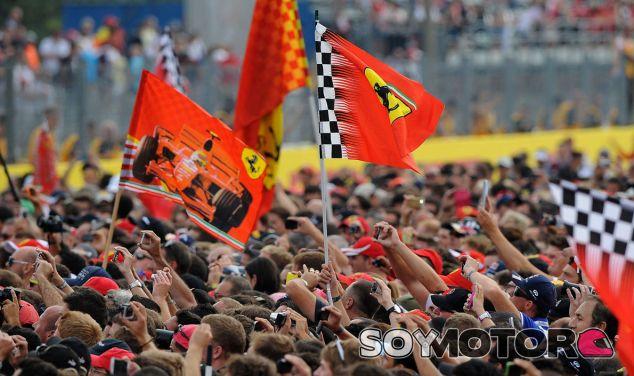 Tifosi durante la ceremonia del podio - LaF1