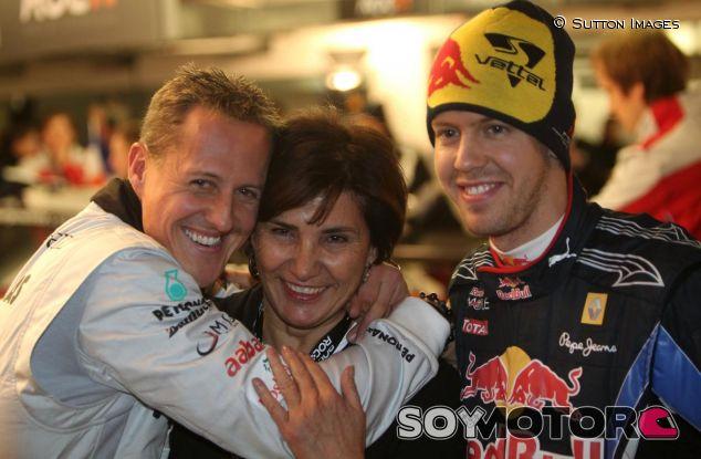 Schumacher y Vettel con Michele Mouton en una imagen de archivo de 2010 - LaF1