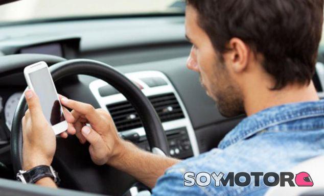 1 de cada 4 conductores usan el móvil mientras conduce