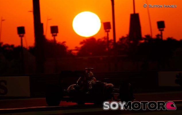 Fernando Alonso, con el MP4-30 en Yas Marina - SoyMotor.com