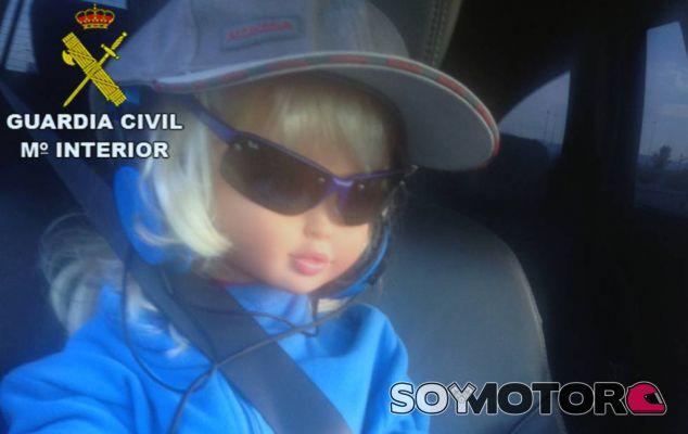 La picaresca al volante: una muñeca de acompañante para usar el BUS VAO
