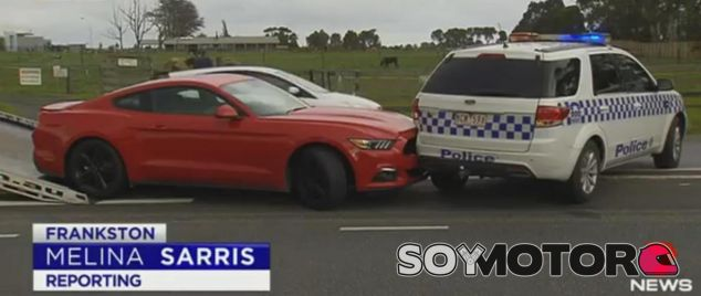 Un Ford Mustang choco con la policía durante su huida