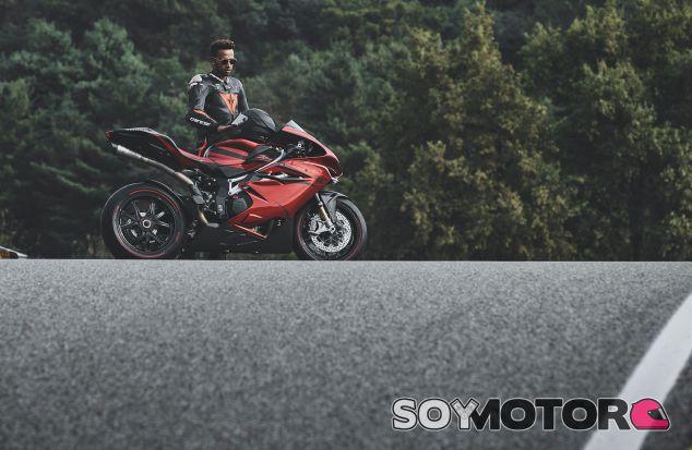 Lewis Hamilton y la MV Agusta F4 LH44 - SoyMotor.com