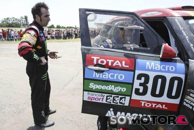 Nani Roma dice adiós al Dakar en el primer día, Carlos Sainz empieza octavo - LaF1