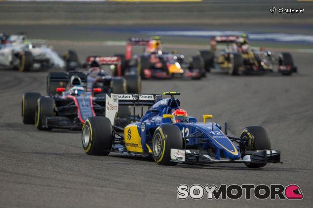 Felipe Nasr rodande por delante de Alonso y otros coches en Baréin - LaF1