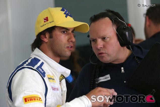 Felipe Nasr hablando con un ingeniero de Sauber en Barcelona - LaF1