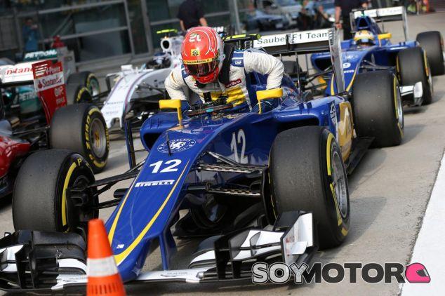 Felipe Nasr bajándose del Sauber con Ericsson detrás - LaF1