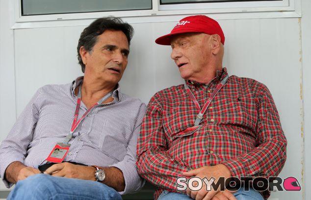 Nelson Piquet conversa con Niki Lauda en el Gran Premio de Brasil de 2012 - LaF1