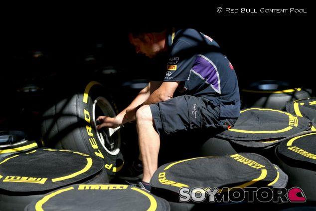 Un miembro de Red Bull con los neumáticos Pirelli - LaF1