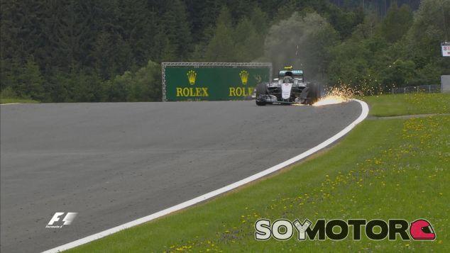 Nico Rosberg tras romper su alerón delantero en la última vuelta del GP de Austria - LafF1