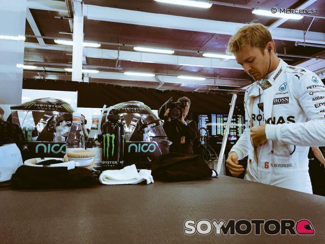 Nico Rosberg en el box de Mercedes en Silverstone - LaF1