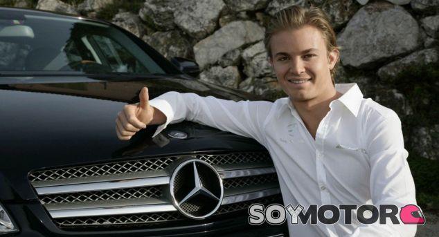 Nico Rosberg posa con uno de sus Mercedes en su primera etapa con el equipo - SoyMotor