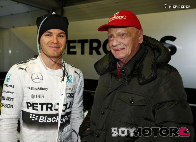 Niki Lauda en el box con Nico Rosberg - LaF1.es