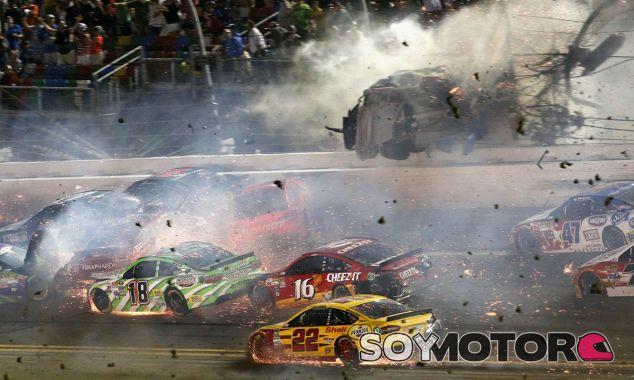 Momento del espectacular accidente en la Coke Zero 400 de la Nascar - SoyMotor