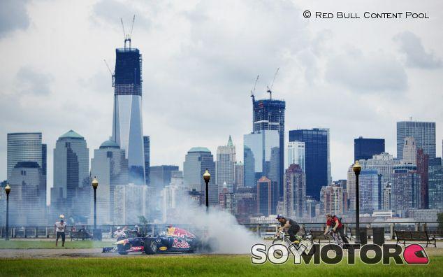 David Coulthard en una exhibición de Red Bull en Nueva Jersey en 2012 - LaF1